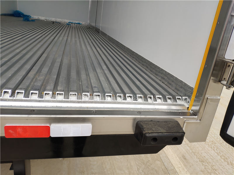 6米8重汽豪翰单桥肉钩冷藏车厂家价格