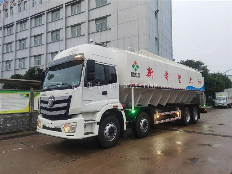 广东云浮新希望六和定购的21吨福田欧曼前四后八散装饲料运输车发车了
